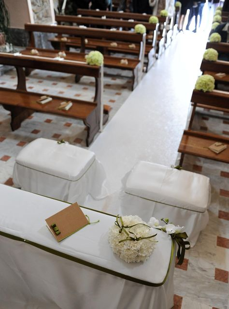 Gli allestimenti floreali in Chiesa e non solo. Tutto coordinato, anche il libretto liturgico a tema. Scopri tutto il resto sul blog: http://www.amatelier.com/rubriche/amawedding/item/492-sulle-tracce-dulivo
