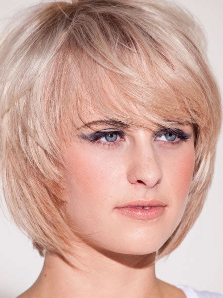 58 Kurze Frisuren Fur Runde Gesichter Mit Doppelkinn Mit Bildern Frisuren Bob Frisur Haarschnitt