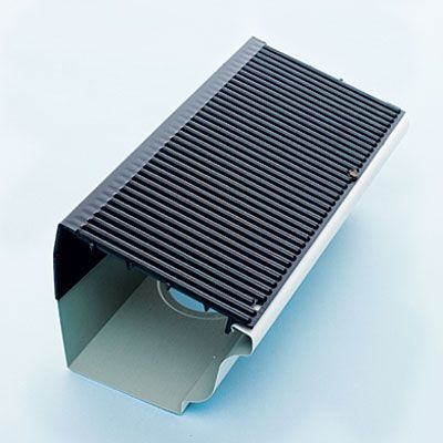 A Slick Plastic Grate Helps Leaves And Needles Slide Off But Lets In Plenty Of Water To Flush Away Any Small Debri Calhas Espelho Faca Voce Mesmo Telhado Plano