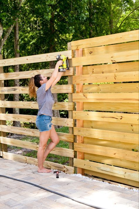 DIY Horizontal Slat Fence and Backyard Makeover. Create a stunning backdrop for your yard with these DIY privacy fence panels. Privacy Fence Panels, Privacy Fence Designs, Privacy Landscaping, Pallet Privacy Fences, Landscaping Ideas, Diy Backyard Fence, Diy Fence, Diy Patio, Fence Ideas
