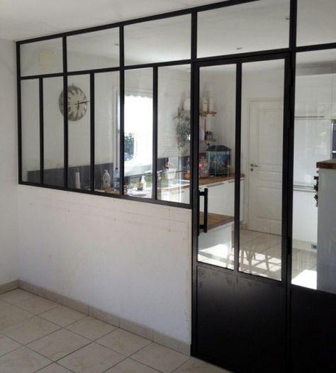 Une séparation cuisine-salon idéale! Une cuisine fermée gardant les odeurs mais qui reste cependant ouverte sur la salle à manger