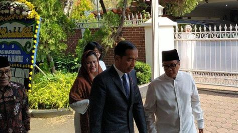 Ditemani Iriana, Presiden Jokowi Sambagi Rumah Duka BJ Habibie #RIPBapakTeknologiIndonesia #PulsaData100K #LautBersihBikinBaper #IndomieGRATIS