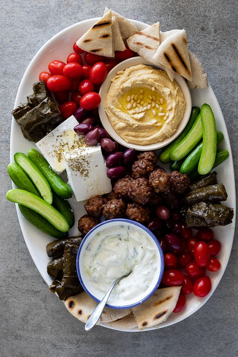 Greek mezze platter - Simply Delicious A delicious Greek mezze platter filled with pita bread, dips, fresh vegetables and cheese is the perfect way to feed a crowd and perfect for entertaining. Meze Platter, Antipasto Platter, Snack Platter, Mezze Platter Ideas, Hummus Platter, Tapas, Healthy Snacks, Healthy Eating, Healthy Recipes