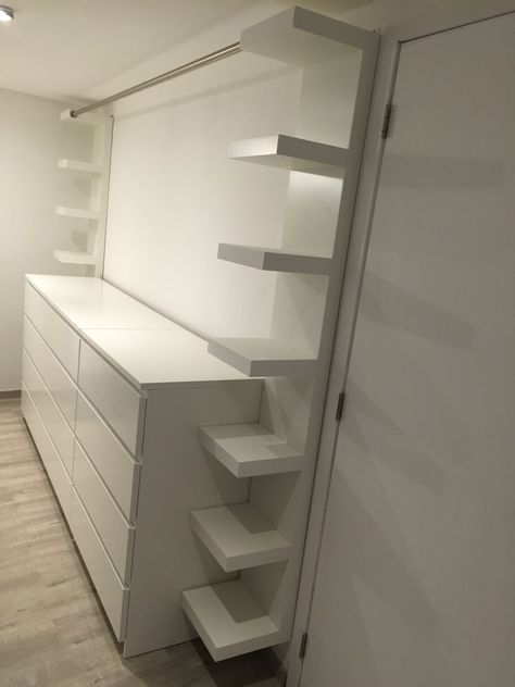 "Vestidor con tres muebles Ikea ""malm"", dos muebles Ikea ""carentes"" y un ...,Vestidor con tres..."