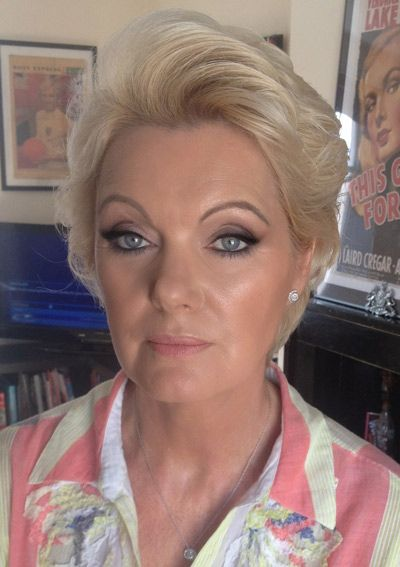 1 For Super Bright Eyed Smokey Eye Ly A Dab Of Champagne Or White Shimmer To The Center Lid When Completely Done With Look 2