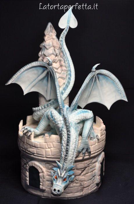 Tarta con forma de torre de castillo y dragón.