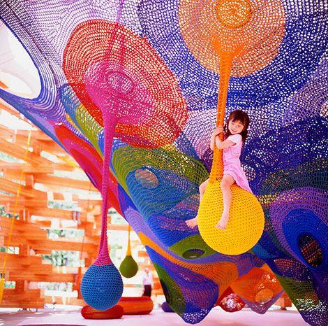 Aire de jeux au tricotée crochetée : design_Toshiko_Horiuchi_MacAdam_Sapporo_knit_playground_jeux_crochet_tricot_03 http://www.sleekdesign.fr/2012/07/09/toshiko-horiuchi-macadam-knitted-playground-sapporo-japan/#.Vhah4G5HgdU