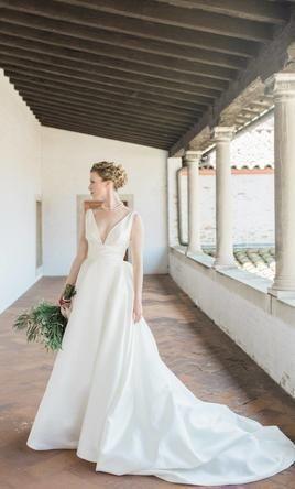 Pronovias Plaza Wedding Dress Used Size 6 750 In 2020 Wedding Dresses Sophisticated Wedding Dresses Boho Wedding Dress Bohemian