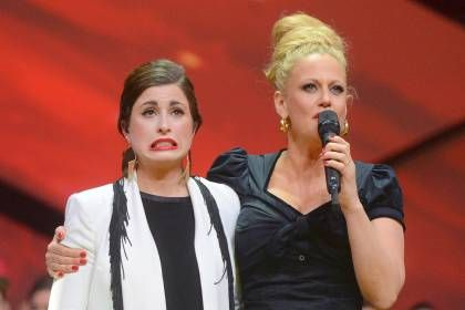 """Die Sängerin Ann Sophie (l.) wird beim deutschen Vorentscheid """"Unser Song für Österreich"""" für den Eurovision Song Contest 2015 von Barbara Schöneberger zur Siegerin erklärt"""