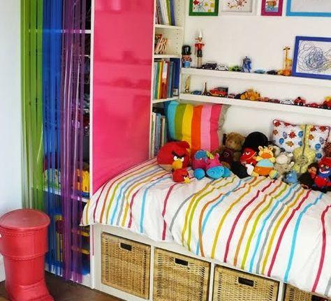 Une combinaison lit-rangements-bibliothèque-armoire sur mesure pour une petite chambre, à partir d'éléments Ikea classiques