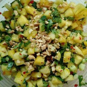 Тайский огуречный салат с ананасами, зеленью и арахисом