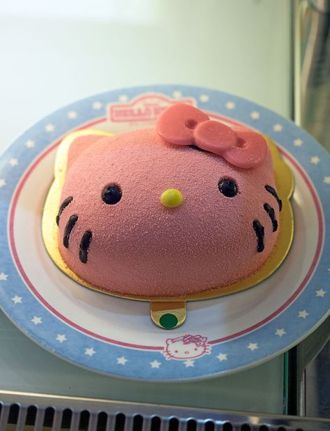 Hello Kitty Kitchen and Dining. Is a must visit for Hello Kitty Fans and those wanting to experience a quirky theme cafe while in town. Cute Food, Yummy Food, Hello Kitty Imagenes, Hello Kitty Kitchen, Camo Wedding Cakes, Hello Kitty Items, Hello Kitty Things, Kawaii Dessert, Dragon Cakes