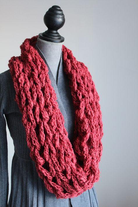 Scaldacollo in lana grossa realizzato con le braccia : Sciarpe, foulard, cravatte di la-pizia