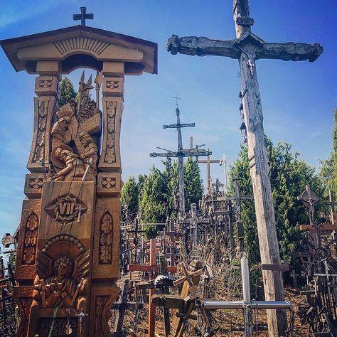 Colina de las cruces, Lituania, Agosto 2019  #lituania #lithuania #hillofcrosses #creepy #cross #crosses #cruz #cruces #colina #hill #religion #turismo #tourism #jurgaičiai #lietuvos #christ  #hell #colinadelascruces #thousands #terror #kryziu #kryziukalnas #death #photography #gothic #wooden