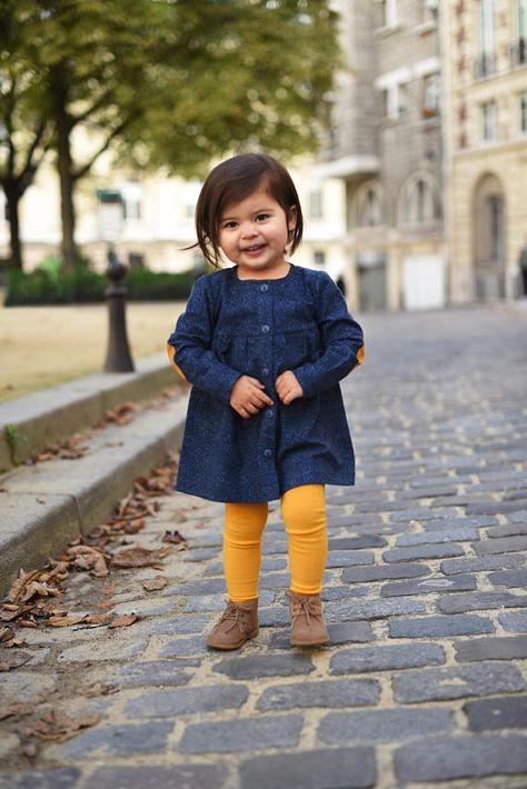 Unsere blaue Kleid besteht aus sehr warm, weich und gemütlich Flanell (Sammlung Mann über Stadt von Northcott Deborah) mit klassischen Tweed Druck auf sie. Flanell ist einseitig. Der Stoff ist vorgewaschen vor dem Schneiden. Das Kleid schließt mit Knöpfen an der Vorderseite. Die Taille