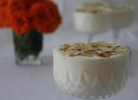 Necesitamos  400 gramos de nata muy fría 250 gramos de queso mascarpone 1 lata de leche condensada 250 gramos de almendra laminada tos...