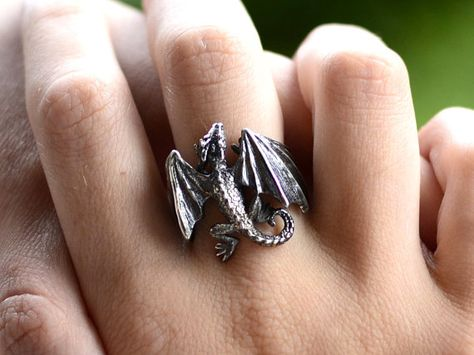 Deanery has three dragons in Game of Thrones. Take a look at the handmade silver dragon ring. The tiny dragon will always stay around your Cute Jewelry, Body Jewelry, Silver Jewelry, Jewelry Accessories, Silver Rings, Gold Jewellery, Fashion Jewellery, Indian Jewelry, Jewelry Gifts