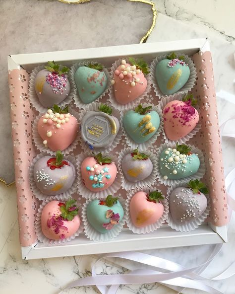 Chocolate Covered Treats, Chocolate Dipped Strawberries, Strawberry With Chocolate, Strawberry Box, Strawberry Recipes, Strawberry Shortcake, Dessert Boxes, Cute Desserts, Cute Cakes