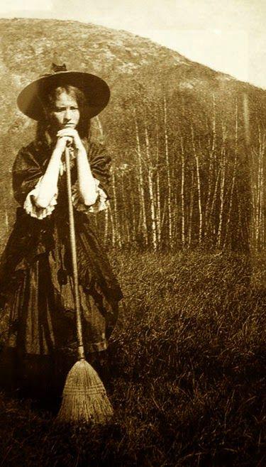He Recopilado Fotos Antiguas Que Me Gustan Sobre Brujas Que Datan Aproximadamente De 1910 A 1920 Algunas Son De Aquel Brujas Brujas Reales Disfraces De Brujas