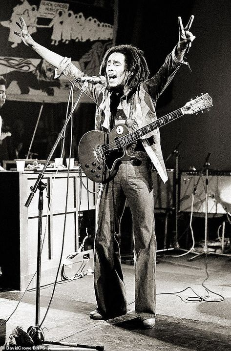 The candid shots show a glimpse of Marley's passionate performance, back in 1975 music artists Unseen images of Bob Marley sold for Bob Marley Kunst, Arte Bob Marley, Bob Marley Legend, Kevin Parker, Rage Against The Machine, Vampire Weekend, Frases Reggae, Music Love, Rock Music