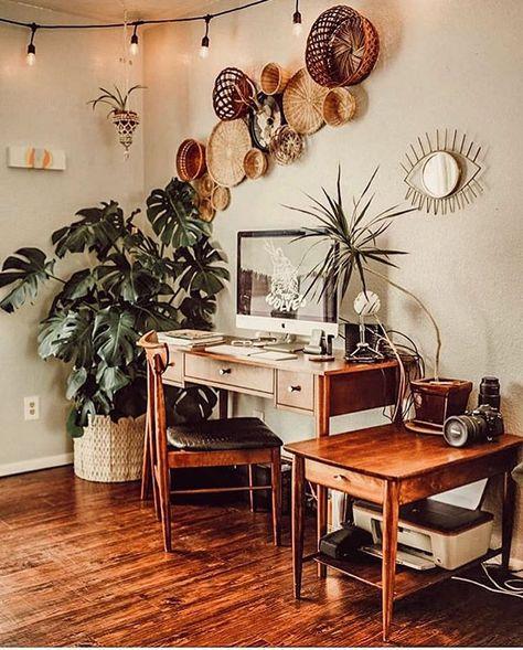"""Ideias Diferentes on Instagram: """"Office da @nikstolin com móveis de madeira e trabalho de cestaria na parede. Gavetas ajudam na organização e se a mesa for pequena, um…"""""""