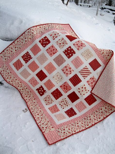 valentine quilt- Make with a charm pack of valentines squares. Perfect for a little girls tea party Easy Quilts, Small Quilts, Mini Quilts, Charm Pack Quilts, Charm Quilt, Charm Pack Quilt Patterns, Quilting Projects, Quilting Designs, Charm Square Quilt