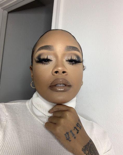 Soft glam ♥️ Source by gertrudabbizv baddie makeup Flawless Face Makeup, Dark Skin Makeup, Nude Makeup, Makeup For Brown Eyes, Glam Makeup, Gorgeous Makeup, Pretty Makeup, Hair Makeup, Makeup List