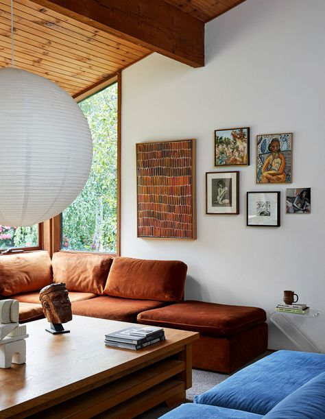 Inside the North Warrandyte, mid-century home of property stylist Anna Byrnes and family. My Living Room, Home And Living, Living Room Decor, Living Spaces, Home And Family, Boho Home, Piece A Vivre, The Design Files, Mid Century House
