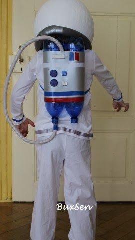 Astronautenkostüm aus Pappmaché-Helm, PET-Flaschen, Computertasten und gepimptem Shirt