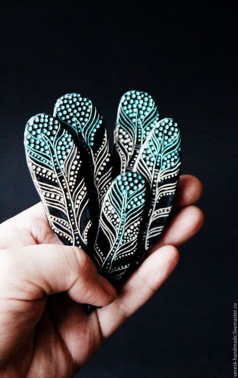 Hand painted rocks with feather motif. Hand painted rocks with feather motif. Dot Art Painting, Rock Painting Designs, Pebble Painting, Pebble Art, Stone Painting, Art Designs, Rock Painting Patterns, Feather Painting, Garden Painting