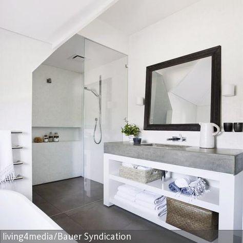 Der Weisse Waschtisch Mit Grauer Steinplatte Ist Mit Regalfachern