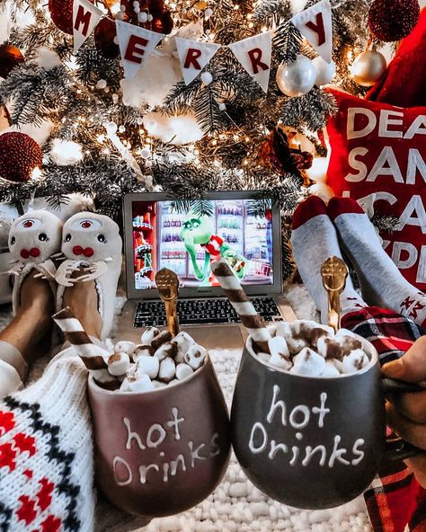 10 Best Christmas Movies To Watch With Your Kids The Grinch and 9 other amazing Christmas movies to watch with your family this holiday season. The best Christmas movies for Toddlers. Days Until Christmas, Christmas Mood, Merry Little Christmas, Noel Christmas, Christmas Movie Night, Christmas Onsies, Christmas Tumblr, Christmas Girls, Xmas Holidays