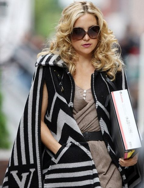 reducere top fashion fara taxa de vanzare Kate Hudson keeps the cold at bay with her LV Poncho   Poncho ...