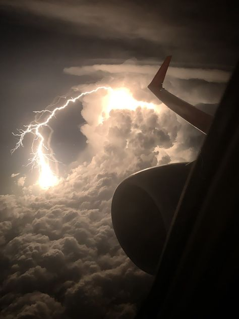 Lightning through the clouds. Someone took this on a flight to Phoenix Fast Crazy Nature Deals. Sky Aesthetic, Aesthetic Photo, Aesthetic Pictures, Images Cools, Images Esthétiques, Strange Photos, Lightning Strikes, Lightning Storms, Lightning Tattoo