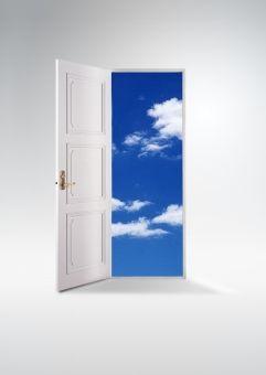 ドアの向こうの空 縦ver 白バック 写真 フリー 写真 素材 写真 素材