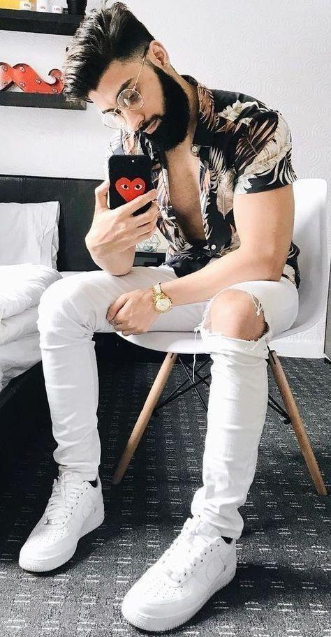 Logomania que fez bastante sucesso nos anos 90, e recentemente voltou a fazer sucesso, desde 2019 e ainda continua no ano de 2020. Atualmente muitas grifes como Chanel, Gucci, Louis Vuitton, Supreme apresentam peças variadas de suas últimas coleções, com seus logos estampados nas peças. #moda #modamasculina #modaretro #modamasculinacasual #modafeminina #modainfantil #modajovemmasculina #fashioneditorial #modaoutono #modaoutonoinverno2019feminina #calcajoggermasculina #calcaxadrez