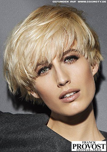 Frisuren Bilder Definierter Pilzkopf Mit Seitlich Gestyltem Deckhaar Frisuren Haare In 2020 Blonde Glatte Haare Styling Kurzes Haar Pilz Frisur