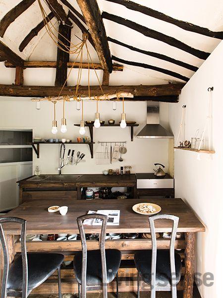 싱크대 위치를 바꾸는 큰 공사를 진행한 주방 조그만 공간이라 답답하게 느껴질 수 있는 상부장은 생략했다 넉넉한 크기의 테이블 아랫부분이 부족한 수납공간을 대신한다 싱크대와 테이블 조명 선반까지 이 집에 어울리는 디자인과 크기로 맞춤