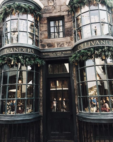 """""""The wand chooses the wizard Mr. Wizarding World of Harry Potter Hollywood. - """"The wand chooses the wizard Mr. Wizarding World of Harry Potter Hollywood. Harry Potter Hollywood, Décoration Harry Potter, Orlando Harry Potter, Harry Potter Places, Harry Potter Theatre, Harry Potter Diagon Alley, Harry Potter Houses, James Potter, Hogwarts Houses"""