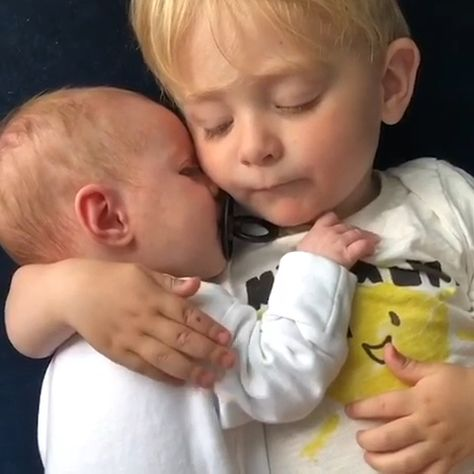 Can we talk about this melt the heart moment?? I can't! This is everything! #mushieco #bibspacifier #siblings #newbornbaby #olderbrother #melttheheart #cutest