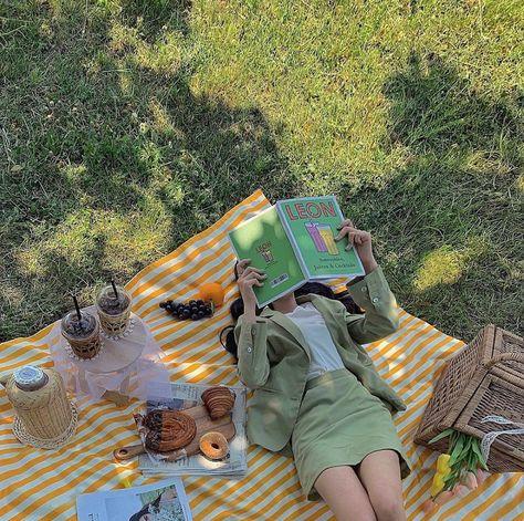 🥐🥯💛 ig: siieunii | summerとgreen 、 book