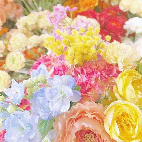 カラフルなお花が咲き乱れる お花屋さん みたいな高砂装花カタログ にて紹介している画像 結婚式 カジュアル ピンクのバラ お花屋さん