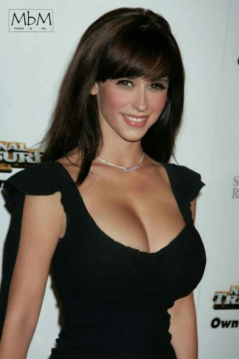 This Top Celebrity owns this style like no other. With her captivating smile and symmetric face, Jennifer Love Hewitt dominates this entertainment event and captures all of the attention!