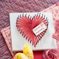 Un tableau décoré d'un cœur en laine rose - Marie Claire Idées