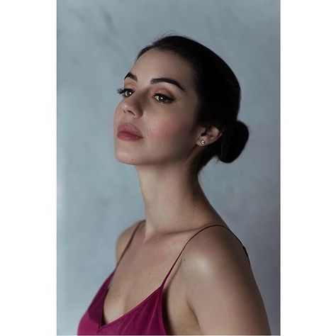 "125.1 mil Me gusta, 769 comentarios - Adelaide Kane (@adelaidekane) en Instagram: ""😊 Photographer: @jordan_harvey_photography Makeup: @l_belo Assistant: @kimkirimi"""