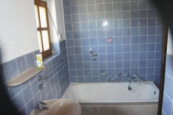 Ein Altes Badezimmer Mit Blauen Fliesen Badezimmer Badezimmer Bilder Badezimmer Neu Gestalten