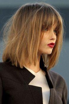 Haare etwas langer als schulterlang