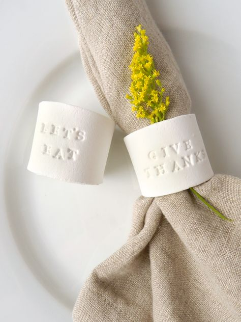 DIY Stamped Clay Napkin Rings – Hobbies paining body for kids and adult Clay Projects, Clay Crafts, Paper Crafts, Diy Gifts For Christmas, Paper Towel Tubes, Thanksgiving Diy, Diy Rings, Diy Napkin Rings, Fimo Clay