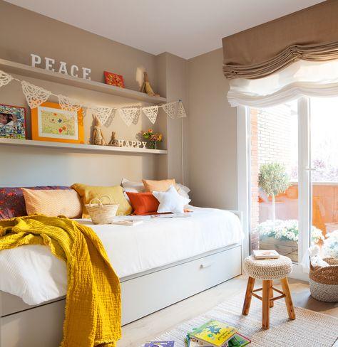 El cuarto infantil Muebles de Sacum, fabricados por Fustes Xavier Marín. Alfombra de yute de Gra. Funda nórdica de Textura y cojines, de Filocolore.