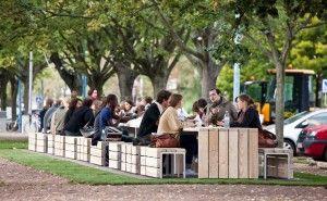 Testé sur le campus universitaire de Strasbourg, le mobilier modulaire en bois de Sineu-Graff, conçu avec le designer Philippe Riehling, permet de créer une grande tablée d'une vingtaine de mètres de long. Photo : LINK.